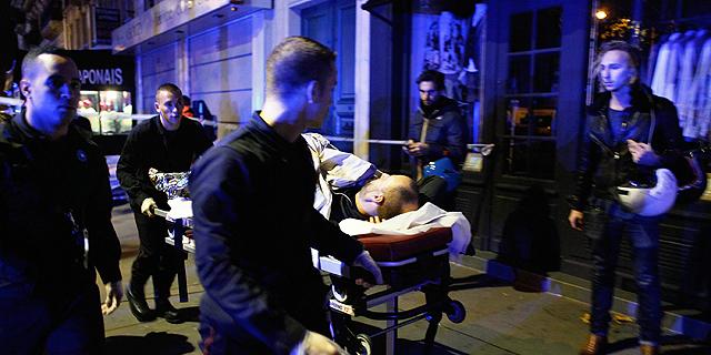 פינוי פצועים בפריז, צילום: איי פי