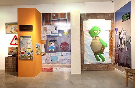 """עדי סנד ועבודותיו בתערוכה. """"אני אמן אורבני שעושה בין השאר פעולות ברחוב"""""""
