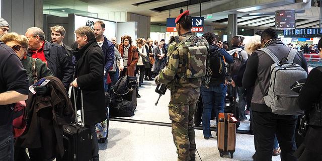 חייל בשדה התעופה שארל דה גול בפריז לאחר התקפת הטרור , צילום: גטי אימג