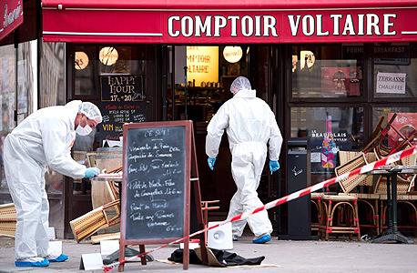 סורקים את אחת מזירות הפיגוע בפריז