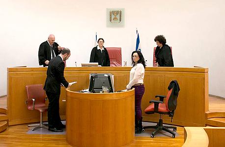 מימין: השופטים דפנה ברק־ארז, אסתר חיות ועוזי פוגלמן. פסקו לעותר 25 אלף שקל שאותם הבטיח לורך לתרום