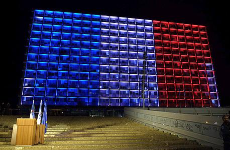 בניין עיריית תל אביב מואר בצבעי דגל צרפת , צילום: יריב כץ
