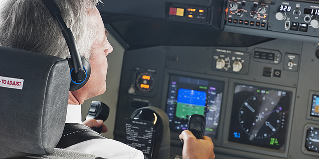 """האם טייסים בני 65 הם מבוגרים מכדי להטיס מטוסים בטיסות בינ""""ל?, צילום: שאטרסטוק"""