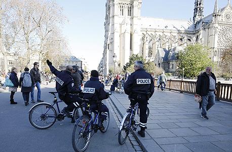 פריז טרור שוטרים ליד כנסיית נוטרדום דאעש, צילום: איי אף פי