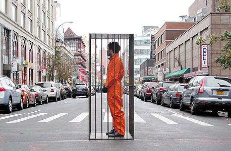 """שפורר בכלא שמול הכלא. """"המטרה היתה לשים לאנשים את הדברים מול הפנים, באמצע הרחוב, להכריח אותם לחשוב על זה"""""""