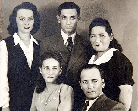 1946. רות ארנון בת ה־13 (יושבת) עם הוריה, אחיה אבנר ואחותה נחמה, תל אביב