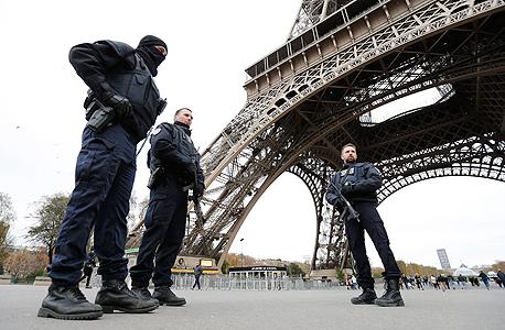 """שוטרים מגנים על מגדל אייפל בעקבות מתקפת הטרור של דאע""""ש. האם הדרך לעצור את הטרור היא צנזורה?"""