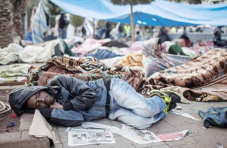 """מבקש מקלט אפריקאי בפארק לווינסקי, פברואר 2014. """"הם לוקחים את האסון שהתרחש בנקודה מסוימת ומביאים אותו למקומות רחוקים"""" , צילום: אי פי איי"""