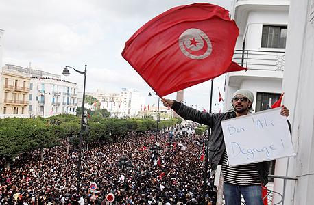 """מפגין בטוניסיה ב־2011. """"בתל אביב לא היו מהומות מזון כמו בטוניסיה, אבל כעס על השלטון ועל העשירים מאפיין תקופות שבהן המזון מתייקר"""" , צילום: אי פי איי"""