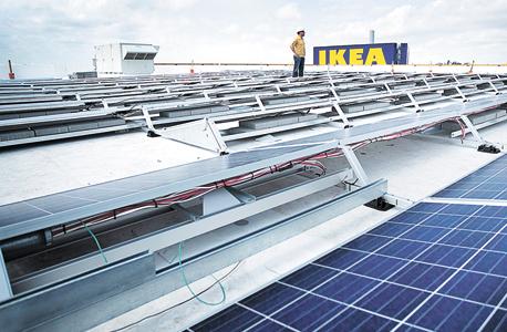 פאנלים סולאריים על גג חנות של איקאה במיאמי