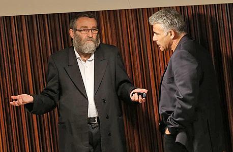 מימין יאיר לפיד ו משה גפני ב מליאת הכנסת, צילום: אלכס קולומויסקי