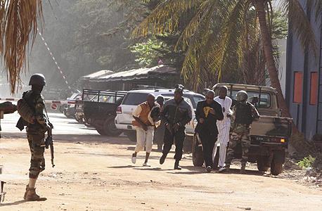 אזרחים נמלטים מלון רדיסון בלו במאקו מאלי, צילום: איי פי