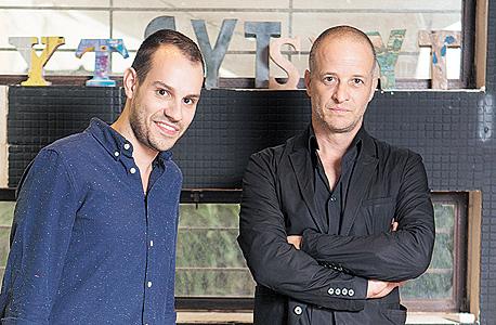 """טל (מימין) והסטודנט גל שניידר. """"מעצבים ישראלים הם חדים ולא מסורבלים"""""""