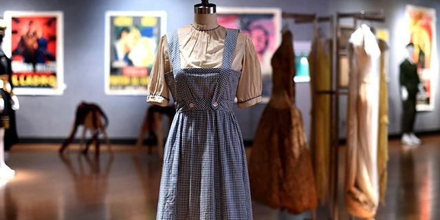 """השמלה של דורותי מהסרט """"הקוסם מארץ עוץ"""" נמכרה תמורת 1.56 מיליון דולר"""