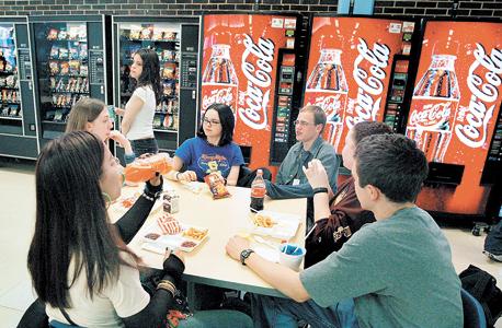תלמידים בתיכון בשיקגו. ניסיונות לאסור הצבת מכונות אוטומטיות למכירת משקאות ממותקים בבתי הספר נחלו עד היום הצלחה חלקית ביותר