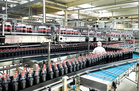 """מפעל קוקה קולה בגרמניה. """"אנחנו מבקשים להגיע למצב שבו על המשקאות הקלים יהיו תוויות אזהרה גדולות שבהן ייכתב: 'סוכר בכמות גדולה מזיק'"""""""
