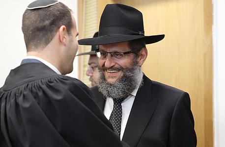 """מימין: הרב יוסף אהרונוב, לשעבר יו""""ר צעירי חב""""ד, בבית המשפט המחוזי בת""""א. """"ניצל באופן ציני ושיטת את רצונם הטוב של תורמים"""""""