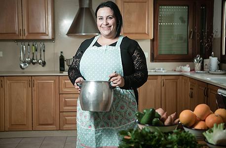 """עתמאנה כיום במטבח הפרטי שלה. """"יש דתיים שמעולם לא אכלו אוכל ערבי אמיתי"""""""