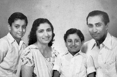 1945 זובין מהטה בן התשע (משמאל) עם הוריו ואחיו זארין, בומביי