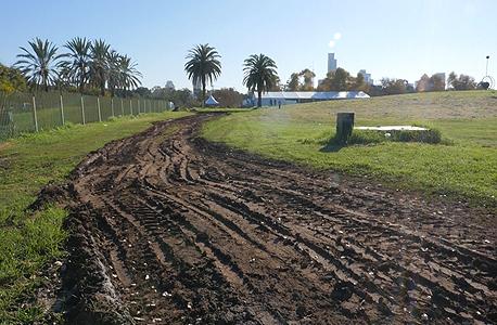 הנזקים למדשאות הפארק. חלק מהנזקים לא תוקנו עד היום, 4 חודשים אחרי הצילומים, צילום: הילה ספאק