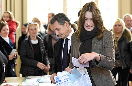 מנהיג מפלגת הרפובליקנים הצרפתית (לשעבר UMP) ניקולא סרקוזי ואשתו קרלה ברוני מילאו היום את חובתם האזרחית והגיעו לקלפי בפריז כדי להצביע בסבב הראשון של הבחירות האזוריות. הסבב השני יתקיים ב־13 בדצמבר. סרקוזי רואה עצמו כמועמד אפשרי לנשיאות צרפת בשנת 2017