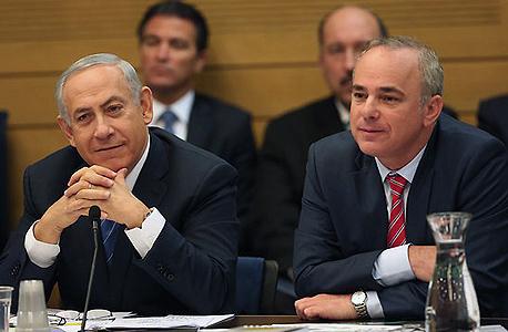 """שר האנרגיה יובל שטייניץ (מימין) ורה""""מ בנימין נתניהו בדיון בוועדת הכלכלה, צילום: דוברות הכנסת"""