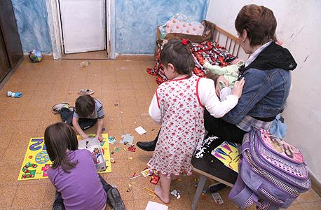 משפחה שחיה בעוני (ארכיון)