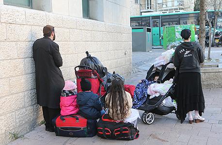 בני משפחה שנותרו ללא קורת גג אחרי שנזרקו לרחוב בגלל שלא עמדו בתשלום שכר הדירה