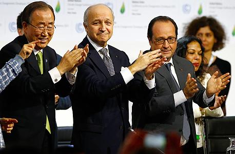 """נשיא צרפת פרנסואה הולנד ומזכ""""ל האו""""ם באן קי מון בעת ההודעה על השגת הסכם האקלים בפריז"""