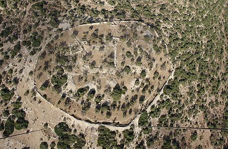 מבט ממעל של חורבת קייאפה. עיר מבוצרת מוקפת חומת סוגרים עם הכתובת העברית הקדומה ביותר שנמצאה
