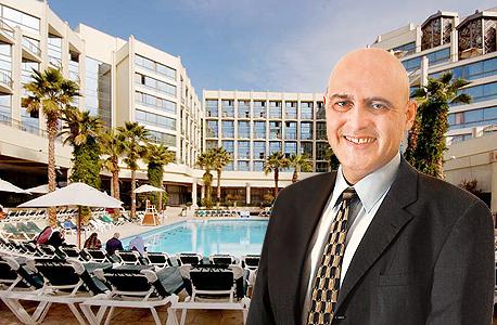 דוד פתאל על רקע מלון מג'יק פאלאס באילת