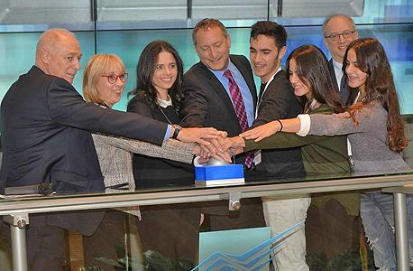 השרה איילת שקד שלישית משמאל עם צמרת הבורסה ועובדי סודהסטרים בבורסה, צילום: גיא אסיאג