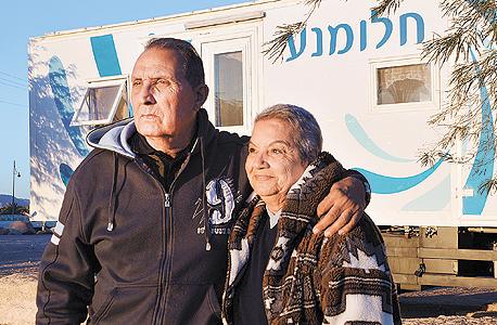 """אורה ואיציק חגואל על רקע בית המשאית שלהם. """"יש לי כל מה שאני צריך, ומתברר שמה שאני צריך זה לא הרבה"""""""