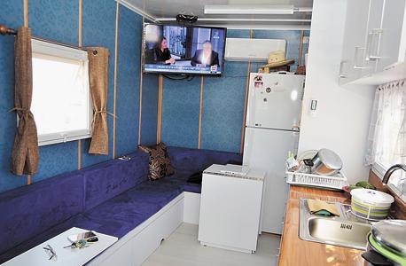 הסלון והמטבח במשאית. בשטח של 2.5 מטרים על 8 מטרים הכניסו שני חדרים ושני חדרי שירותים