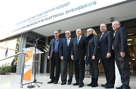 ויטרבי (שלישי משמאל) עם (מימין) סגן נשיא הטכניון בועז גולני, ילדיו של ויטרבי אלן וקארין נשיא הטכניון פרץ לביא ודקאן הפקולטה להנדסת חשמל אריאל אורדע, השבוע. התרומה השנייה בגובהה, אחרי לי קה שינג