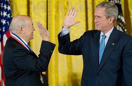 נשיא ארצות הברית ג'ורג' בוש מעניק לויטרבי את מדליית המדע הלאומית ב־2007. עם ויטרבי זכה בעיטור גם לאונרד קלינרוק, ממפתחי רשת ארפאנט שנהפכה לאינטרנט