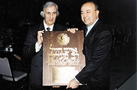 ב־1993, מקבל את פרס אלברט איינשטיין מהאגודה האמריקאית של ידידי הטכניון