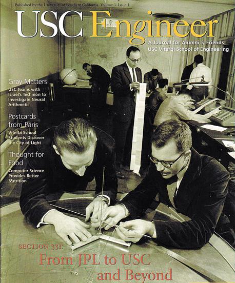 ויטרבי (עומד במרכז) בוחן פלט תשדורות מהלוויין אקספלורר 1 ב־1958, בתצלום שנדפס על שער המגזין הטכנולוגי של בוגרי אוניברסיטת דרום קליפורניה