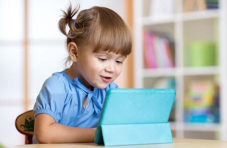 ילדה עם אייפד (אילוסטרציה), צילום: שאטרסטוק