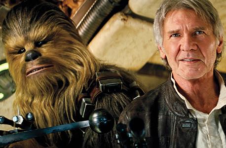 האריסון פורד וצ'ובקה בסרט מלחמת הכוכבים: הכוח מתעורר