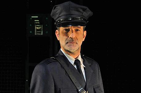 """קריאף בתפקיד פול אדג'קומב. """"הוא יודע שהעובדה שישרוף את הנידון למוות על הכיסא החשמלי לא תבער את הרוע מהעולם"""""""