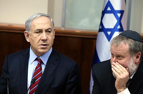 מימין מזכיר הממשלה אביחי מנדלבליט ו בנימין נתניהו ראש הממשלה, צילום: עמית שאבי