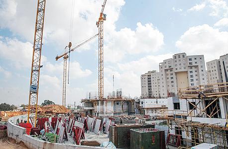 בניית פרויקט מגורים ברמת השרון (ארכיון)