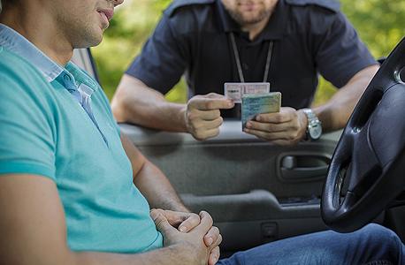 בדיקת רישיונות. פרטי הרישיון יזוהו במסוף המשטרה שבניידת, צילום: ישראפוטו