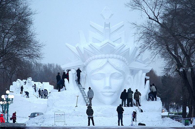 האמנים הסינים מבצעים תיקונים אחרונים באחד מפסלי השלג, צילום: שאטרסטוק
