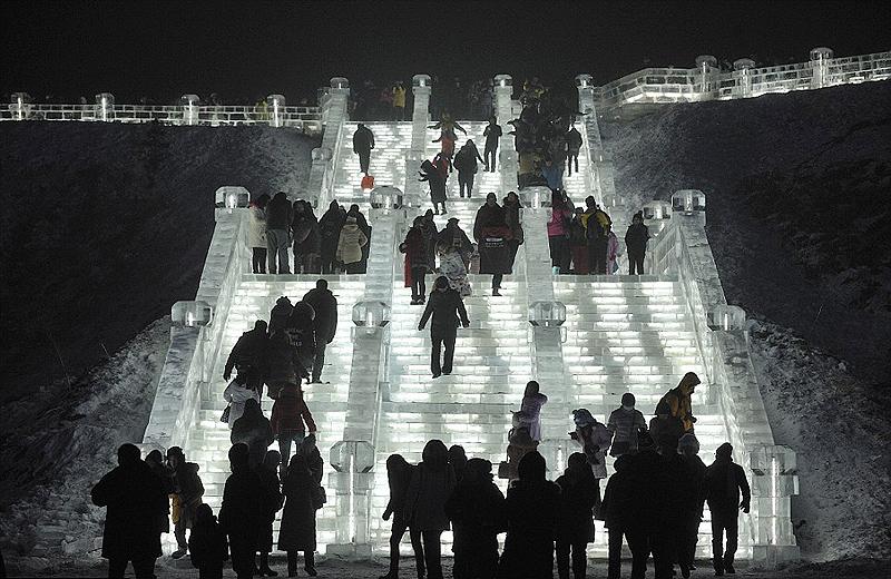 זהירות, אפילו המדרגות עשויות מקרח, צילום: tao zhang / demotix