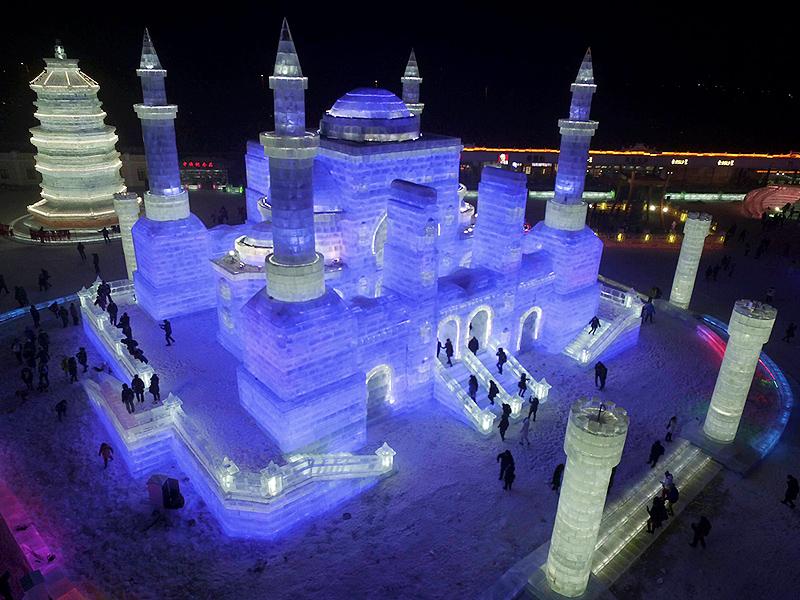 פסטיבל הקרח. המבנים חצובים בקרח ויוארו אחרי החשיכה, צילום: איי פי