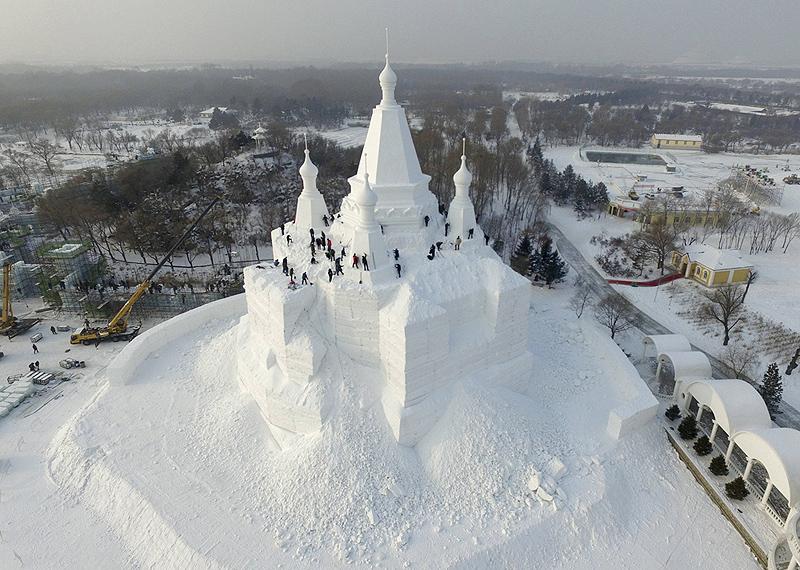בזמן הפסטיבל מתקיימת תחרות פיסול בקרח. גם ילדים מוזמנים להשתתף, צילום: רויטרס