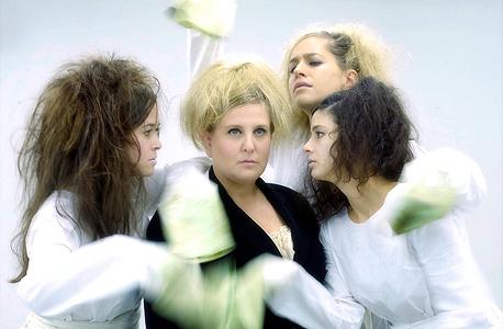 """זמרות האופרה של """"אמהות"""". גם את אלוהים מגלמת זמרת סופרן"""