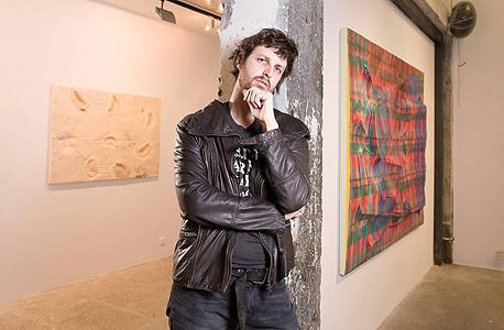 מודן על רקע התערוכה. החומרים מתחברים ויוצרים קוד גנטי